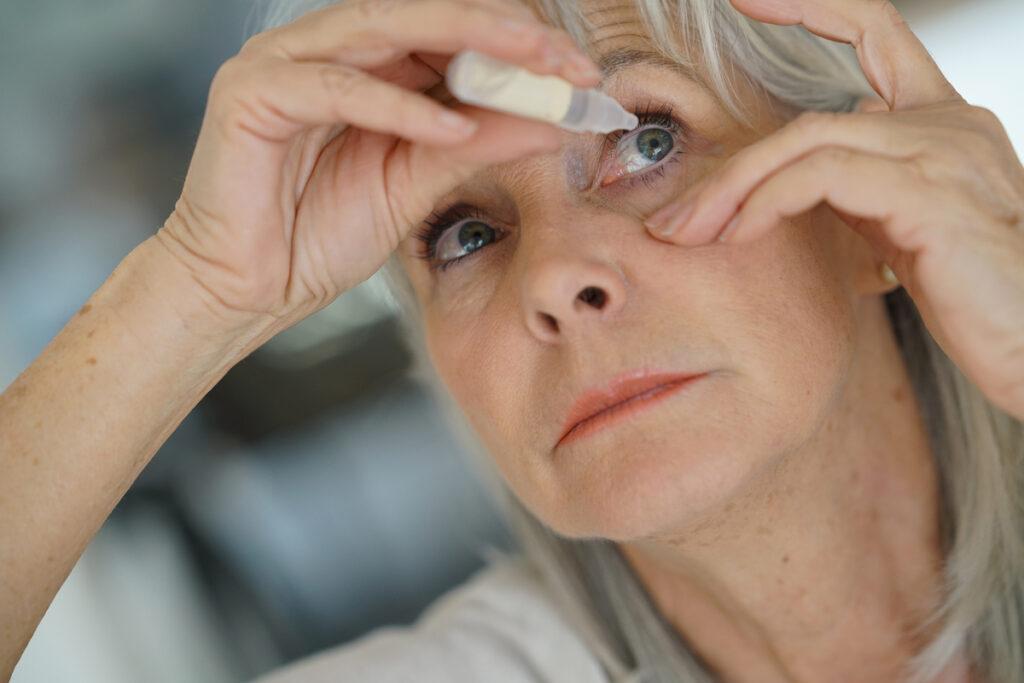 mulher aplicando colírio para glaucoma