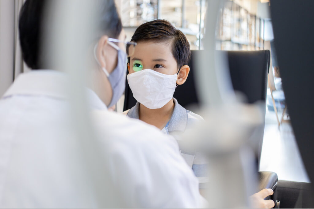oftalmopediatra examinando criança