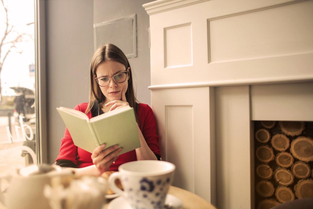 mulher lendo sobre saúde ocular
